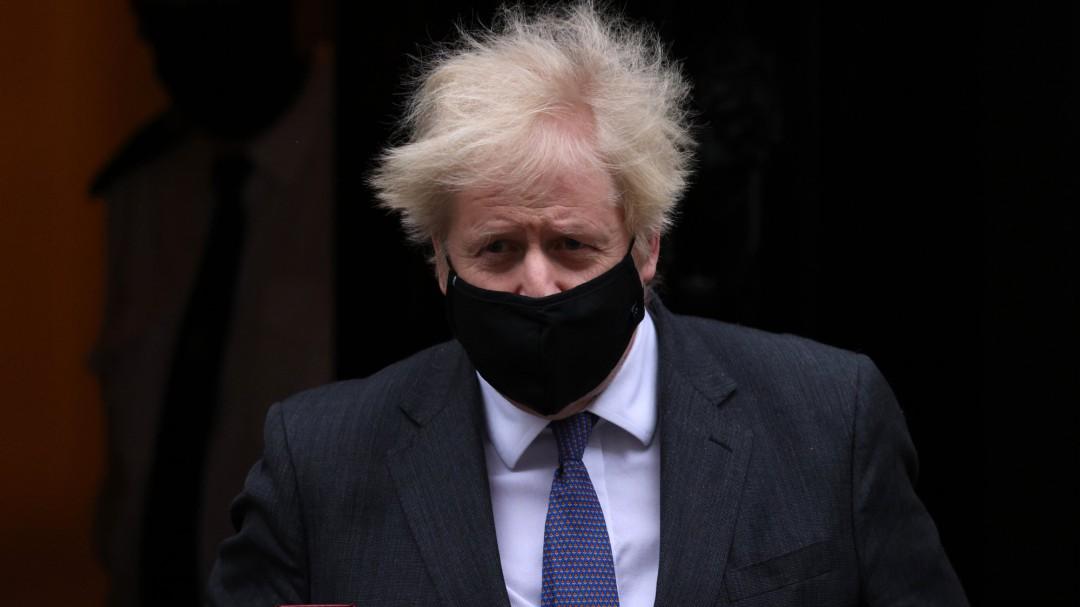 """Boris Johnson confirma las """"primeras evidencias científicas"""" de que la variante británica es un 30% más mortal"""