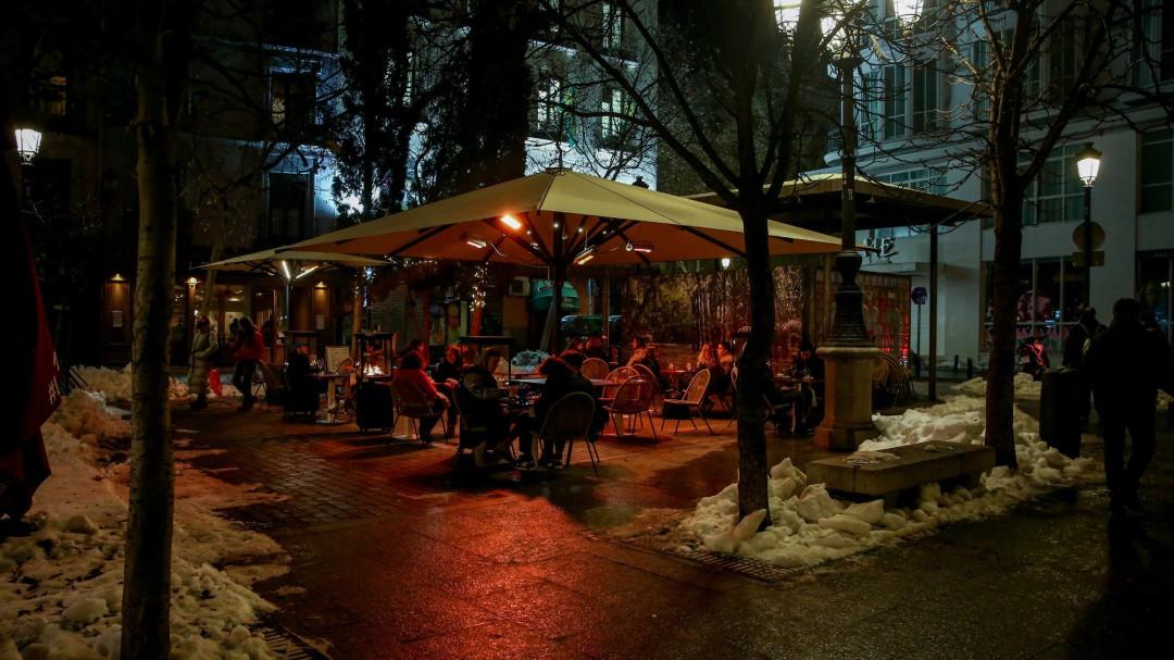Madrid impone más restricciones: solo convivientes en casa, máximo 4 en bares y toque de queda a las 22 horas