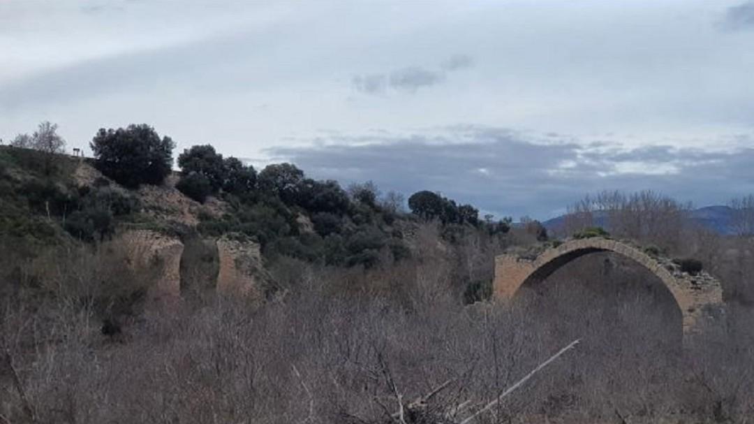 La crecida del Ebro se lleva por delante el arco del Puente Mantible