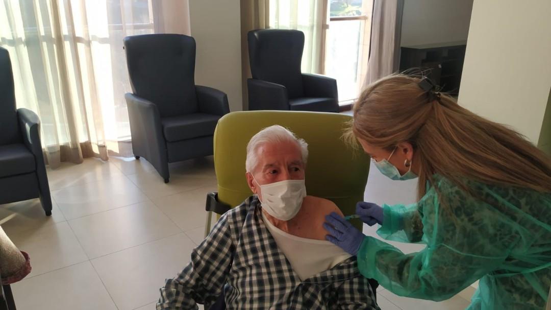 Andalucía vacuna indebidamente contra el coronavirus a más de cien funcionarios