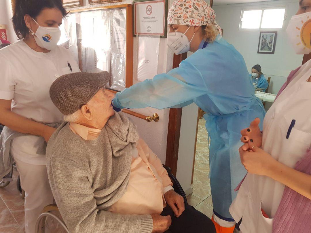 Por qué algunas comunidades dicen que no tienen dosis para seguir vacunando  contra la COVID?   Hoy por Hoy   Cadena SER