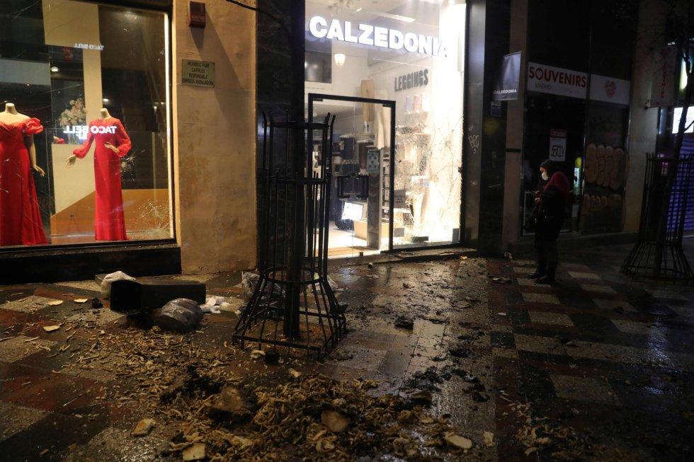 Desperfectos en una calle madrileña durante una marcha por la detención del rapero Pablo Hasél