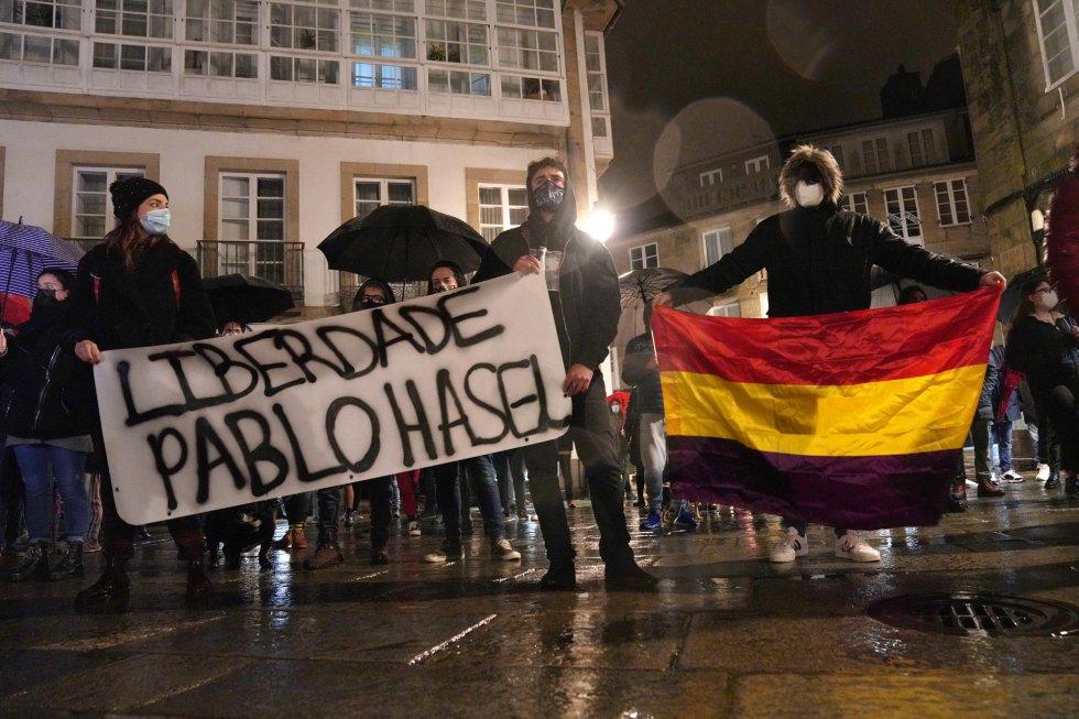 Varias personas con una pancarta en la que se lee: `Liberdade Pablo Hasel´ y una bandera republicana durante una manifestación contra el encarcelamiento del rapero y poeta Pablo Hasél, en la Plaza de Toural, en Santiago de Compostela
