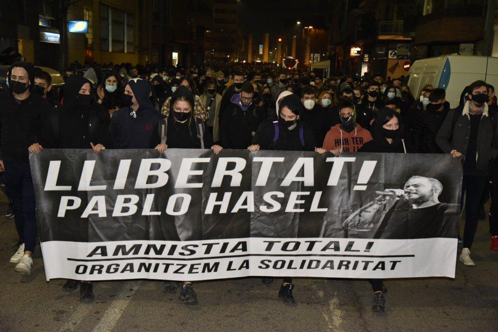 Varias personas sujetan una pancarta en la que se lee: `Llibertat Pablo Hasél´ durante una manifestación contra el encarcelamiento del rapero y poeta Pablo Hasél, en la Plaza de Europa de Lleida