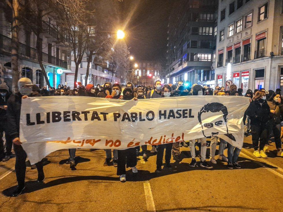 Centenares de personas se manifiestan en Girona en protesta contra la prisión a Hasél