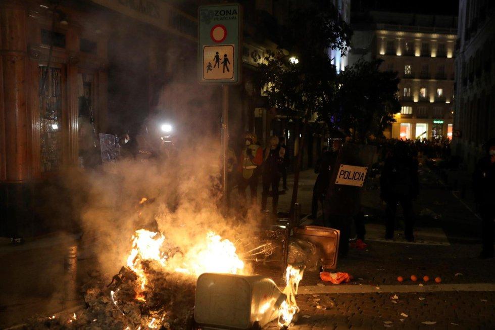 Manifestantes crean una barricada durante una marcha por la detención del rapero Pablo Hasél en la madrileña Plaza de Sol