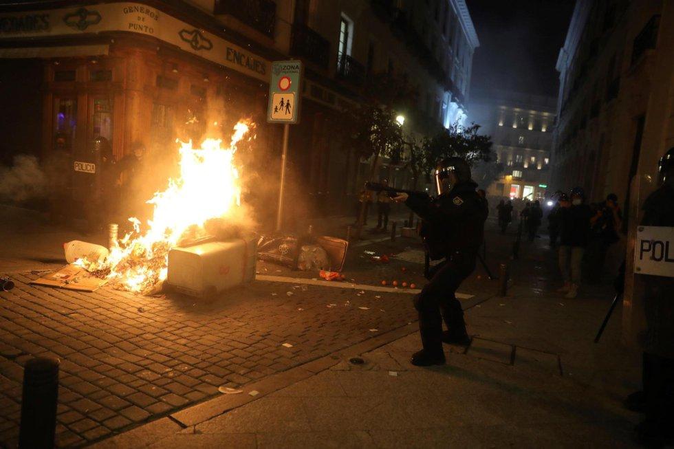 Agentes de la policía antidisturbios intervienen durante una manifestación por la detención del rapero Pablo Hasél en Madrid