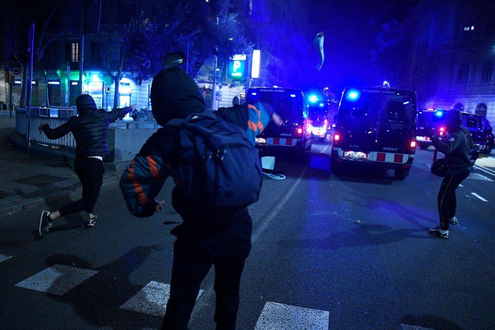 Cargas policiales y disturbios en las calles de Barcelona por segunda noche consecutiva