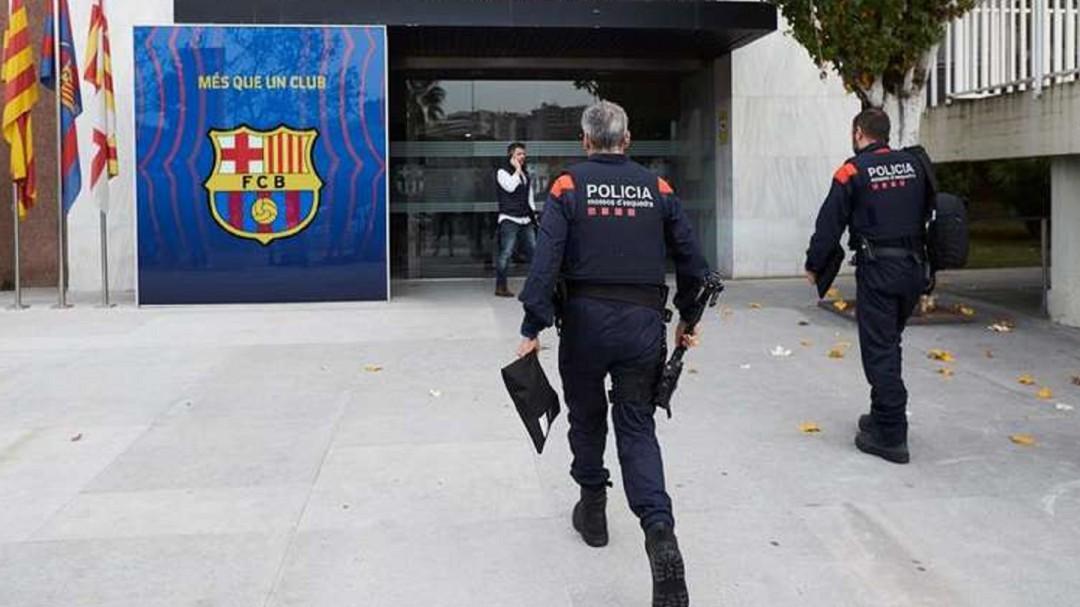 Los Mossos d'Esquadra registran las oficinas del FC Barcelona por el 'Barçagate'