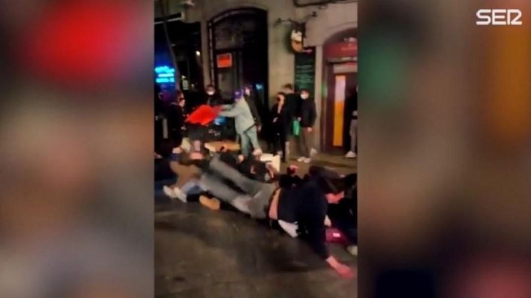 El vídeo de la vergüenza en las calles de Madrid tras el toque de queda: juegos con las mascarillas bajadas