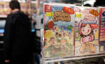 Una copia del videojuego Animal Crossing: New Horizons en un centro comercial.