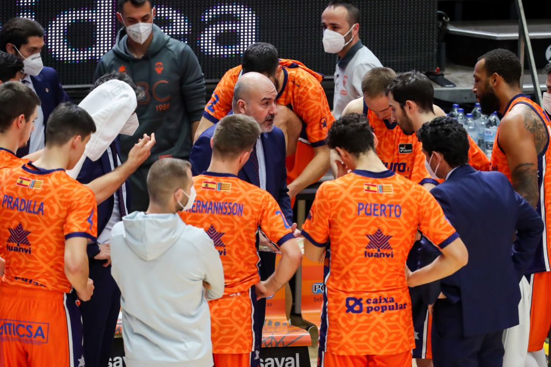 Jaume Ponsarnau head coach of Valencia Basket talking whit your players during the Endesa basketball