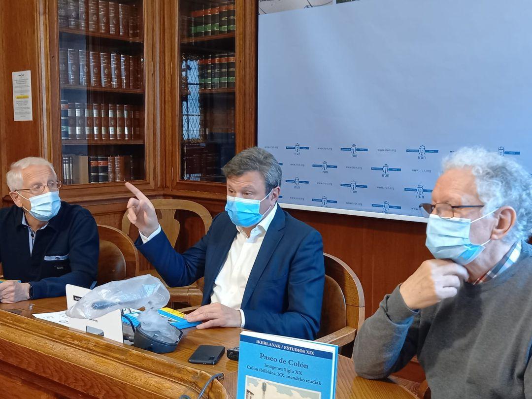 El escritor José María Castillo, el alcalde Jose Antonio Santano y Jose Monje el nombre de la asociación LUKT