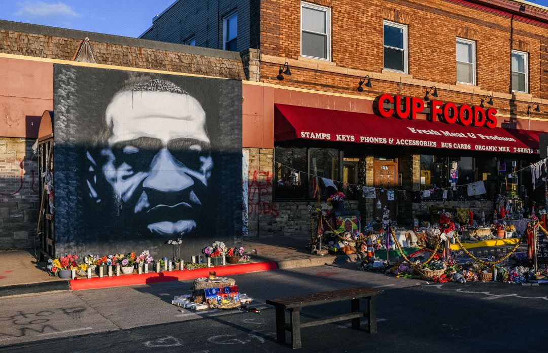 Mural homenaje a George Floyd en la intersección del número 38 de St & Chicago Ave en Minneapolis, Minnesota.