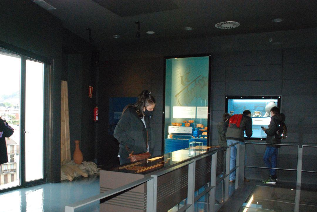 Algunos de los visitantes en el museo romano Oiasso en Irun esta semana santa