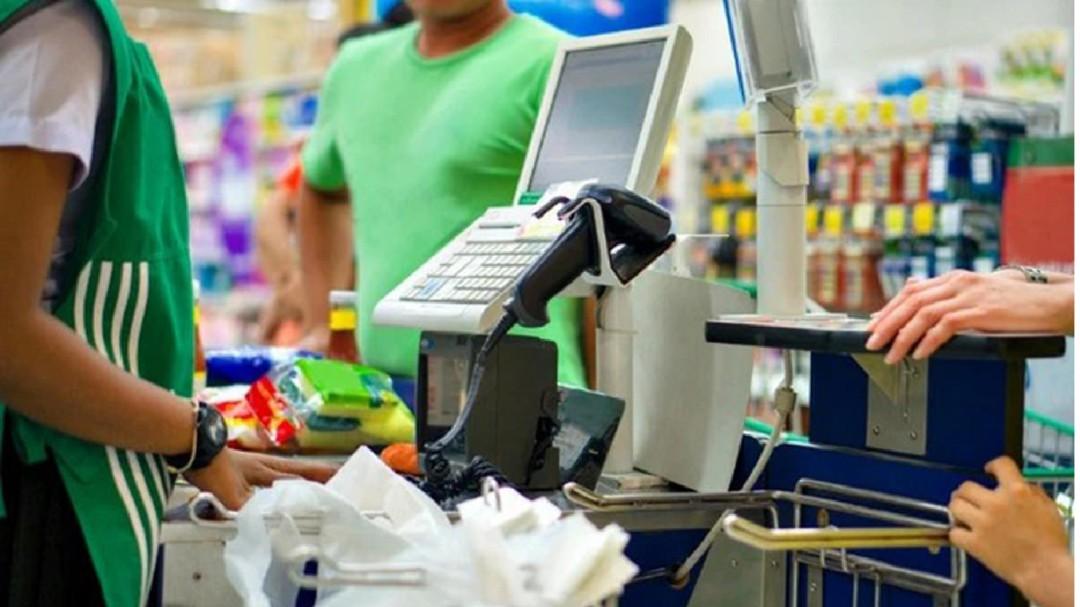Cajeras de supermercado: Esenciales durante el confinamiento pero no para su vacunación