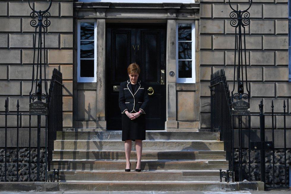 La primera ministra escocesa, Nicola Sturgeon, guarda un minuto de silencio por el duque de Edimburgo.