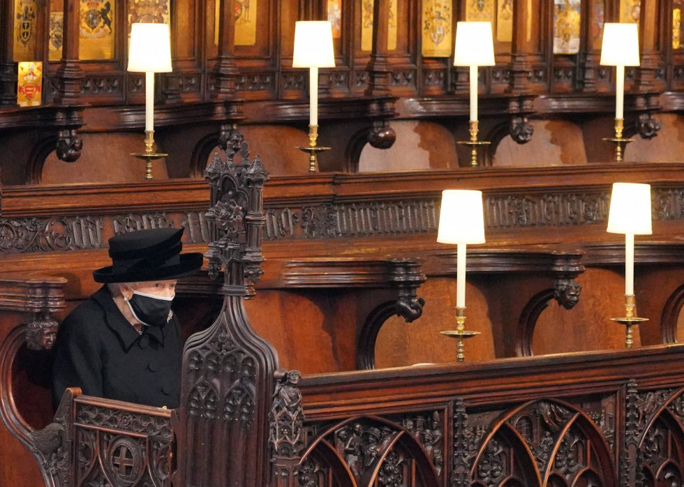La reina Isabel II toma asiento en Saint George's Chapel.