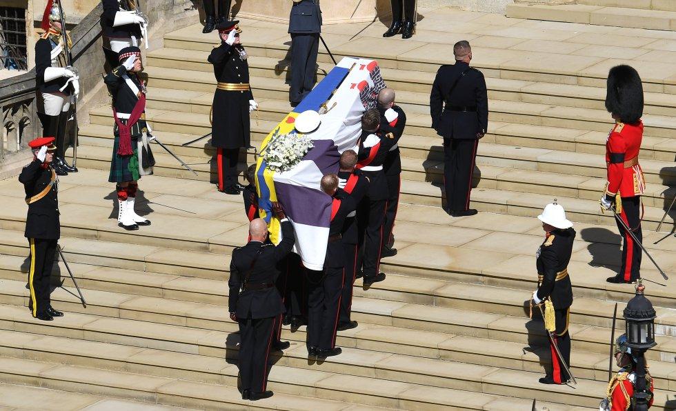 La Marina Real sube las escaleras de St. George's Chapel con el féretro de Felipe de Edimburgo.