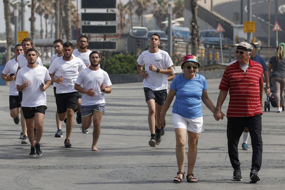 Una pareja de ancianos de Israel pasea sin mascarilla por las calles de Tel Aviv.