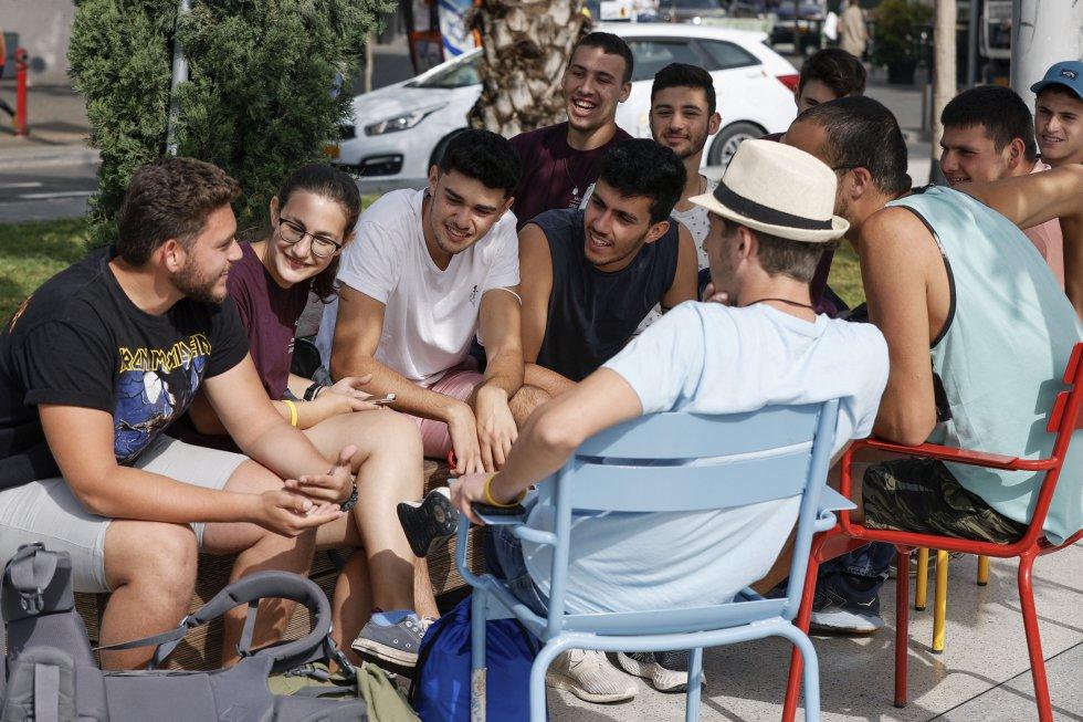 Un grupo de amigos se reúne sin mascarilla en una terraza de Tel Aviv.