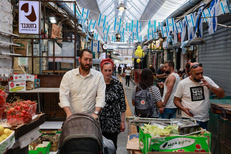 Personas sin mascarilla en un mercado de Jerusalem.