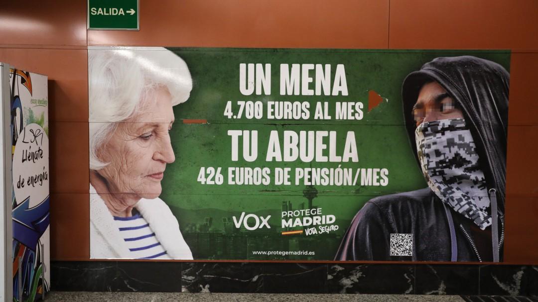 El juzgado de guardia mantiene el cartel racista de Vox en la estación de Sol