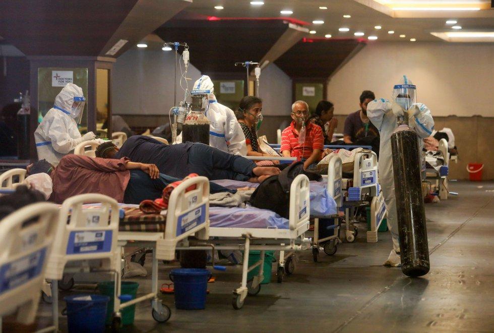 Un salón de banquetes de Nueva Delhi, convertido en un hospital de pacientes de coronavirus.