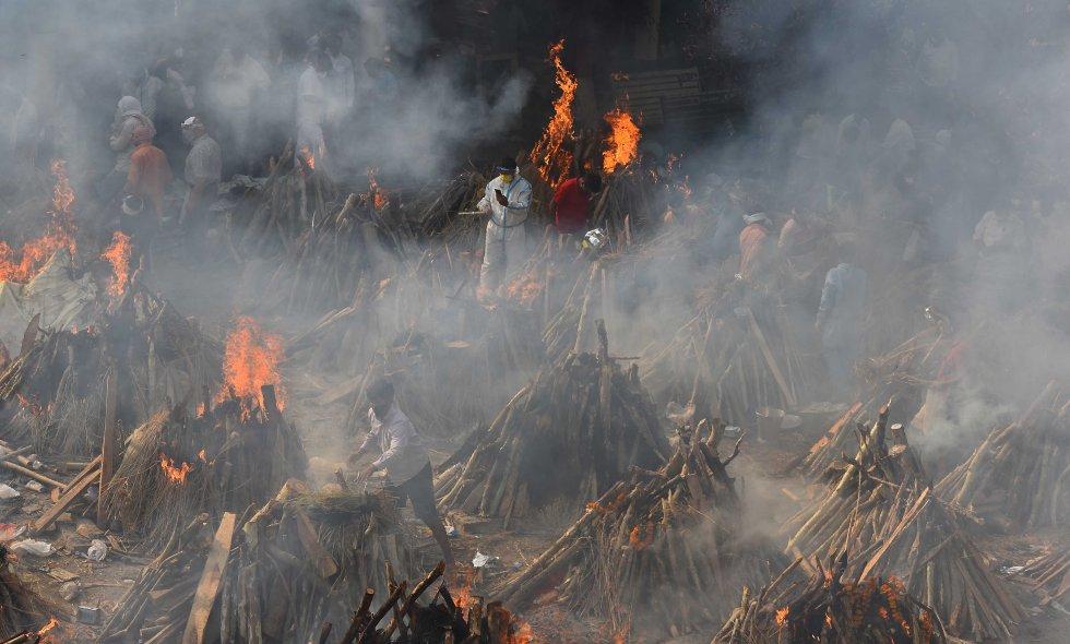Piras para cremar los cuerpos de los fallecidos por COVID.