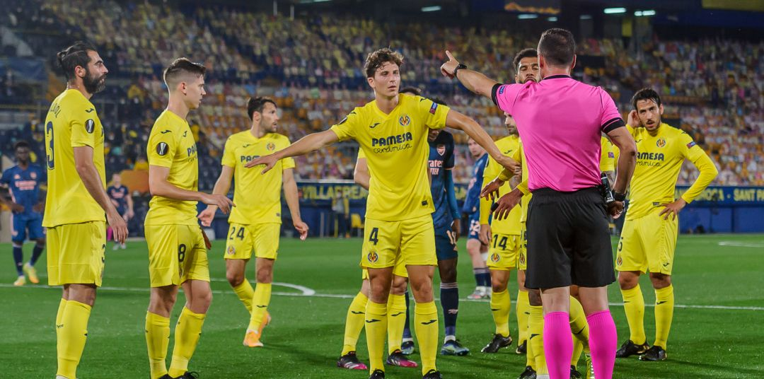 Los jugadores del Villarreal protestan el penalti favorable al Arsenal