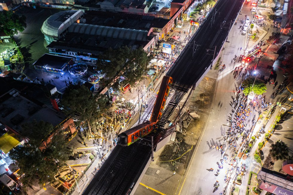 Vista aérea de la escena después de que una sección elevada de la vía del metro en la Ciudad de México, que transportaba vagones de tren con pasajeros, se derrumbara en una carretera muy transitada