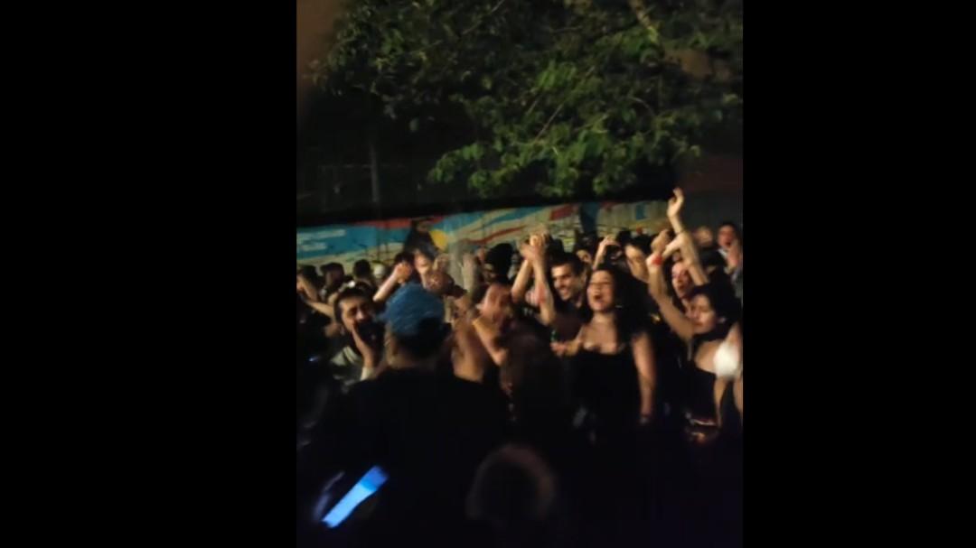 Los jóvenes salen a la calle en Madrid para celebrar el fin del estado de alarma