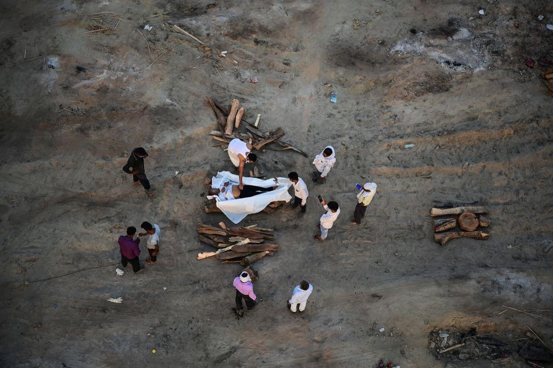 Un centenar de cadáveres, supuestamente de muertos por COVID, aparecen en  el Ganges en India   Internacional   Cadena SER