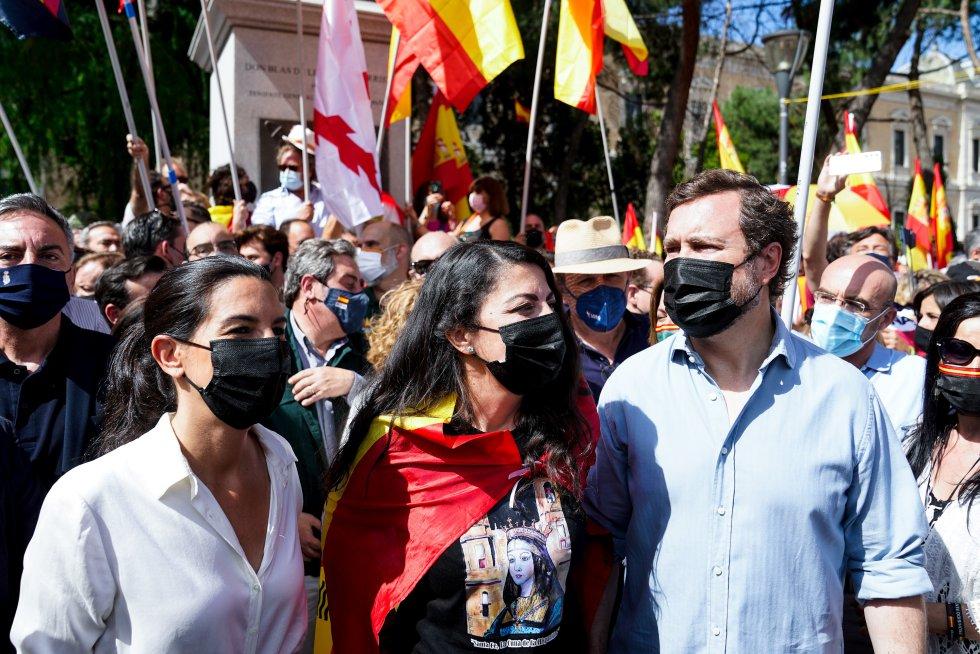 La presidenta de Vox en la Comunidad de Madrid, Rocío Monasterio, junto a los diputados en el Congreso, Macarena Olona e Iván Espinosa de los Monteros.