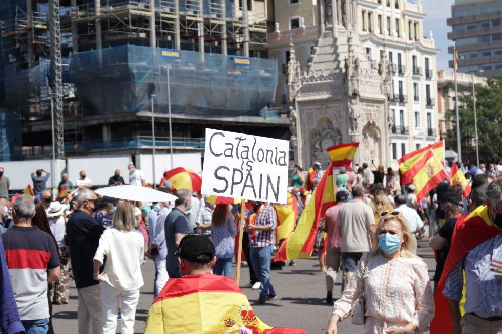 Varios ciudadanos concentrados en Colón para protestar contra los indultos de los presos del ´procés'.