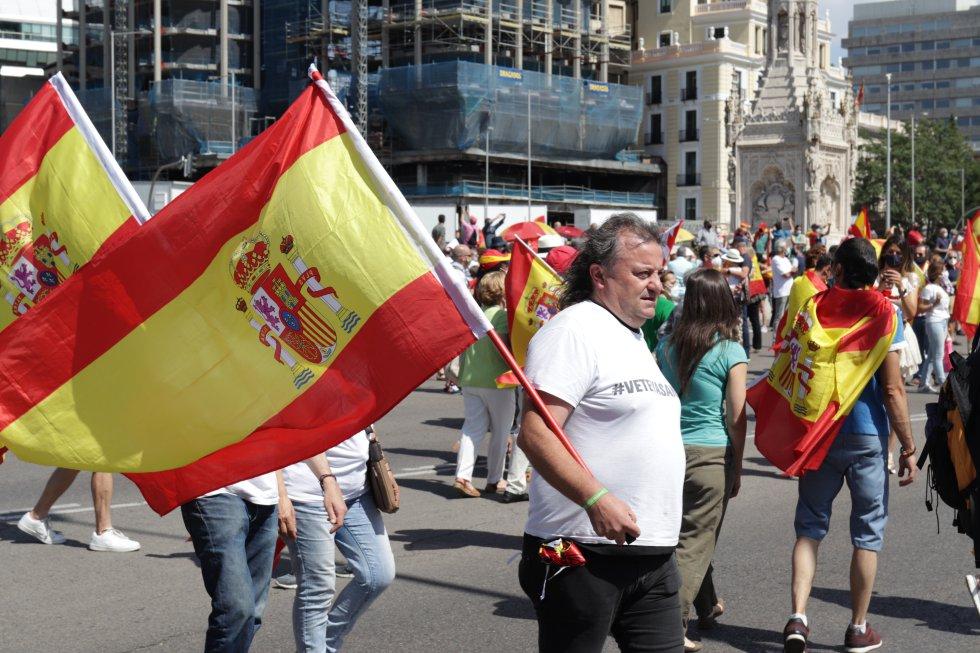 Un manifestante con la bandera de España.