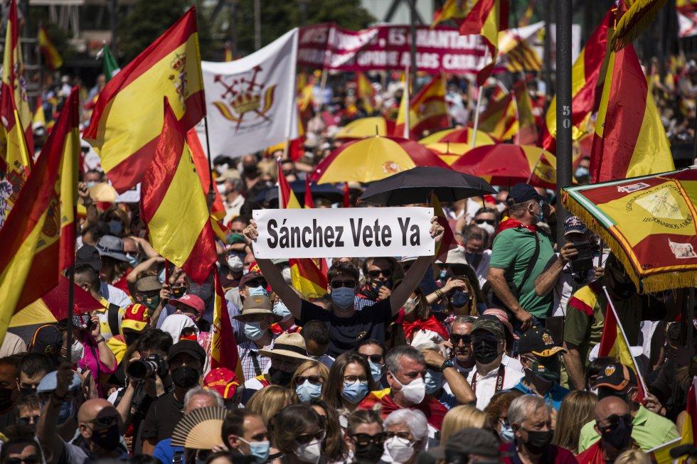 Manifestantes en la plaza de Colón con banderas de España.