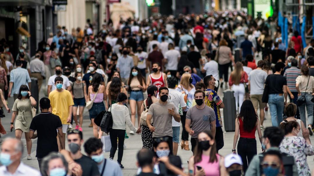 Expertos avisan del riesgo del fin de la mascarilla en la calle al coincidir con la preocupante variante Delta