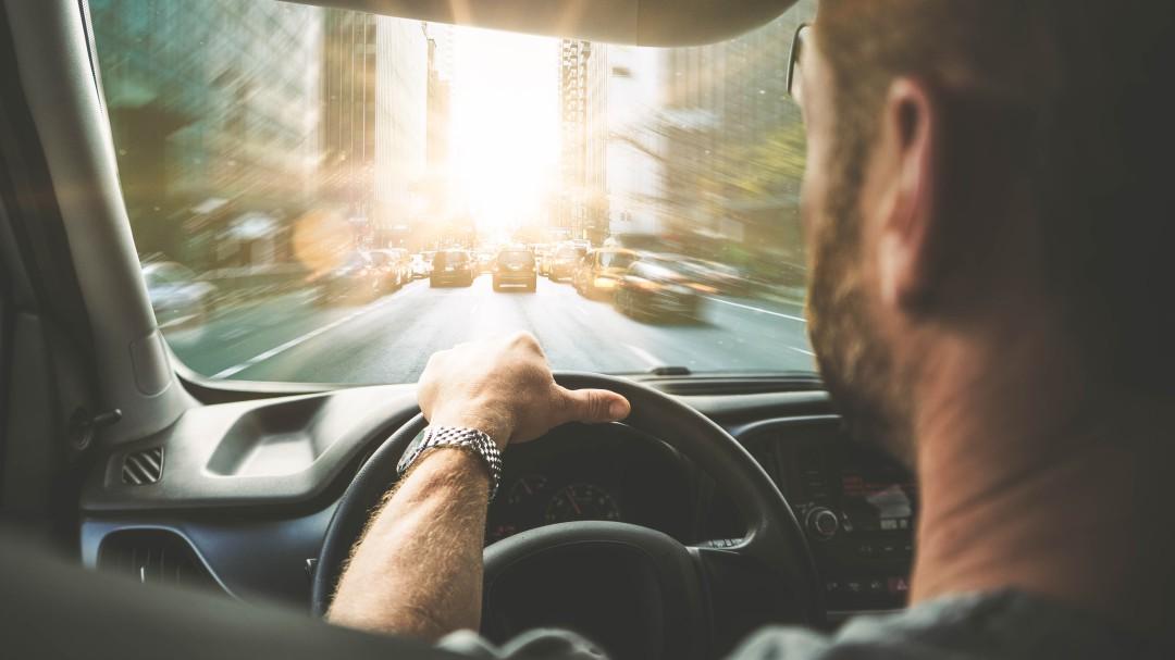 La DGT avisa: esta acción muy común al volante acarrea una sanción de 200 euros y hasta 4 puntos del carné
