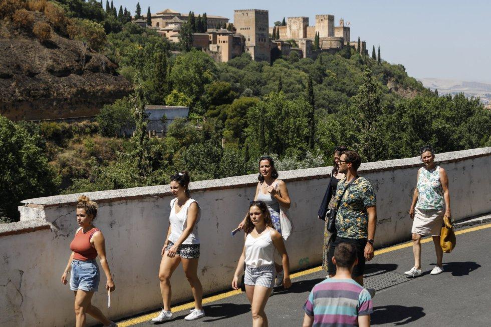 Turistas con y sin mascarillas por las calles de Granada