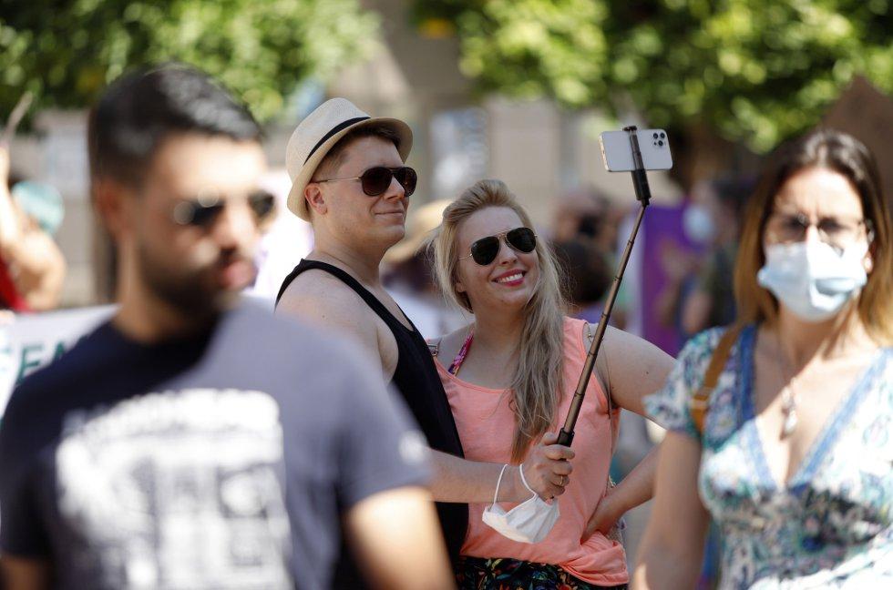 Dos jóvenes sin mascarillas en la calle Larios, en Málaga