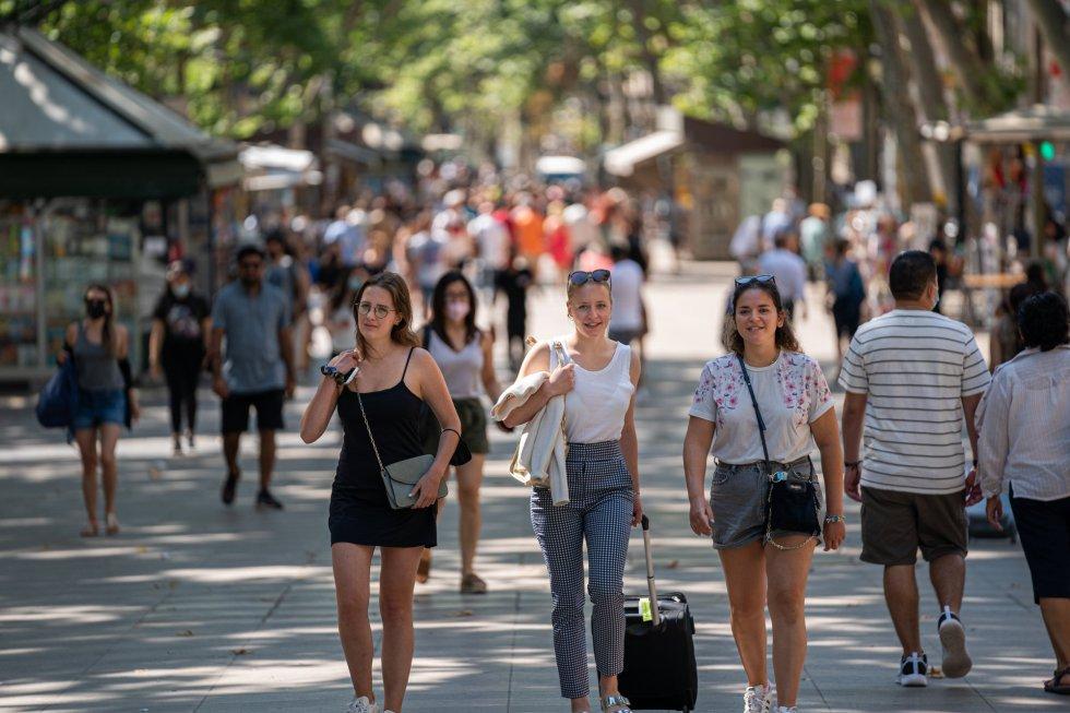 Tres chicas pasean sin mascarilla por Las Ramblas, en Barcelona