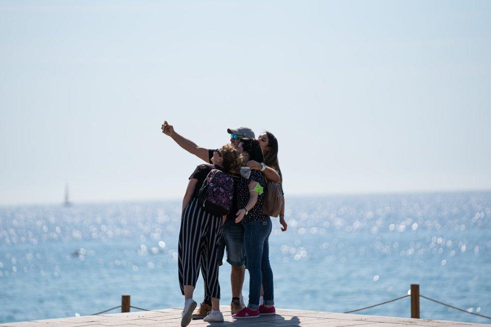 Un grupo de personas se hace un 'selfie', en Barcelona