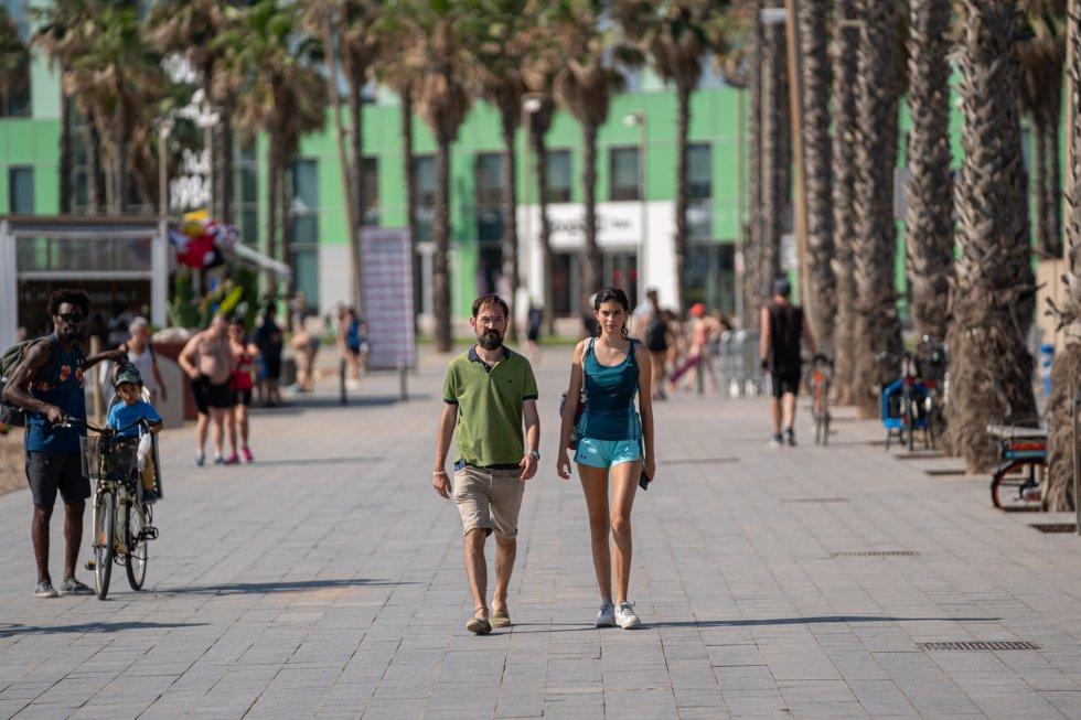 Una pareja pasea sin mascarilla delante del Hotel Vela, en Barcelona