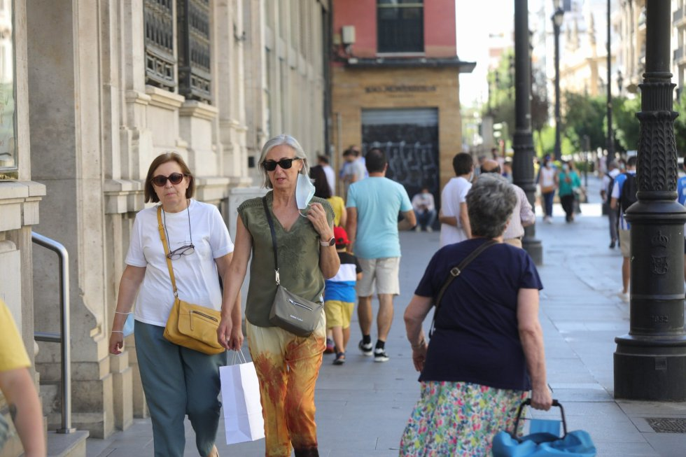 Primer día en el que los ciudadanos pueden pasear sin mascarillas en el exterior en Sevilla