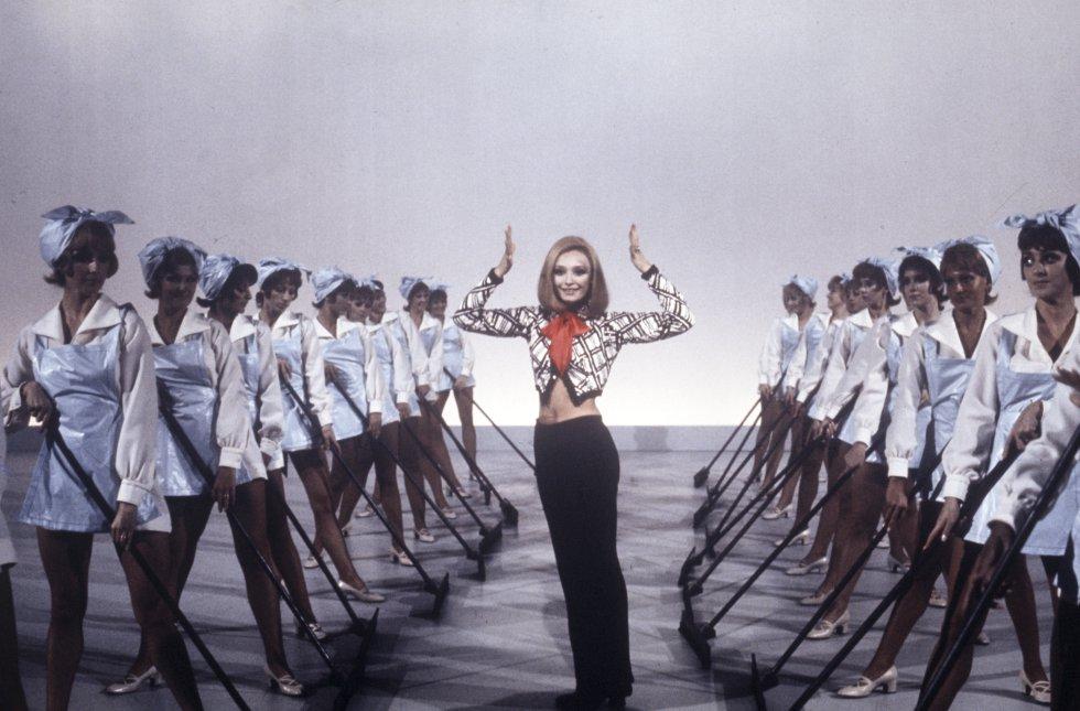 Raffaella Carrá  baila en el programa musical Canzonissima en 1971, Italia.