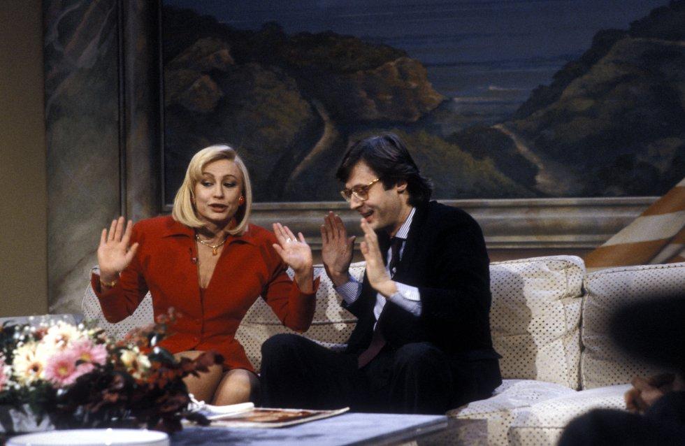 Raffaella Carrá junto con el crítico Vittorio Sgarbi durante un show de TV en 1985.