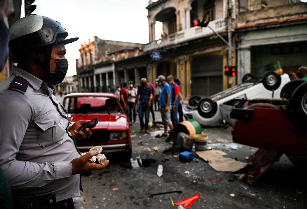 Coches volcados tras las protestas en las calles de La Habana.
