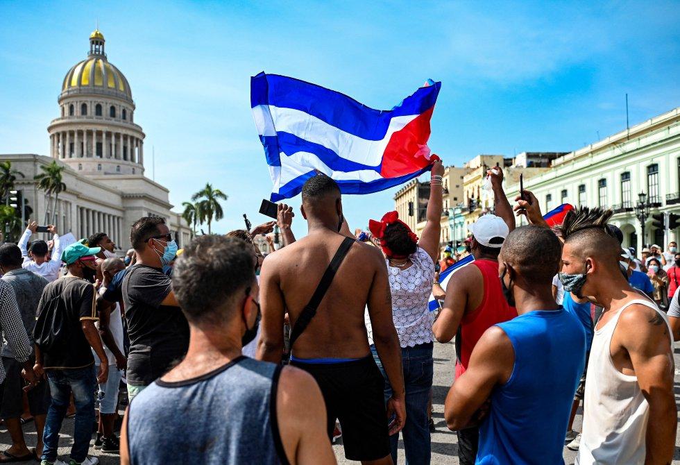 """Grupos de cubanos a las puertas del Capitol de La Habana durante las protestas contra el gobierno de Miguel Diaz-Canel. Cientos de cubanos participaron en estas protestas contra el gobierno comunista cubano con lemas como """"Queremos libertad"""" y """"Abajo la dictadura""""."""