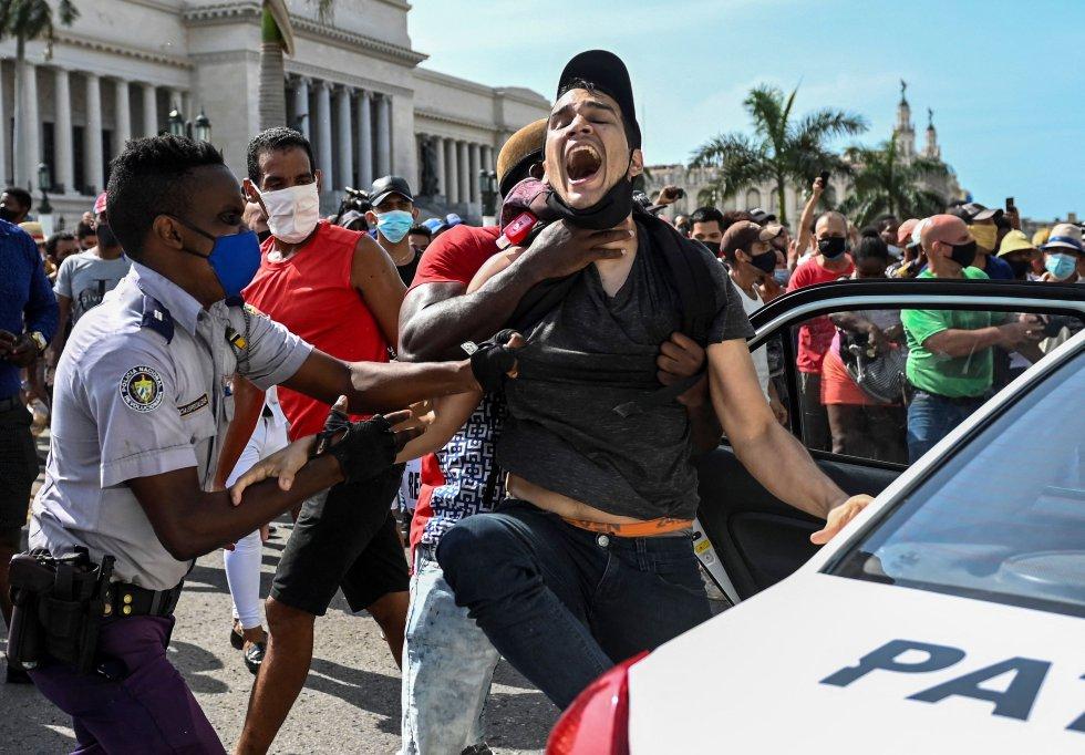 Las manifestaciones pacíficas fueron interceptadas por las fuerzas de seguridad y las brigadas de partidarios del Gobierno, produciéndose enfrentamientos violentos y arrestos.